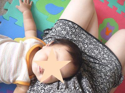 膝枕で甘える赤ちゃん