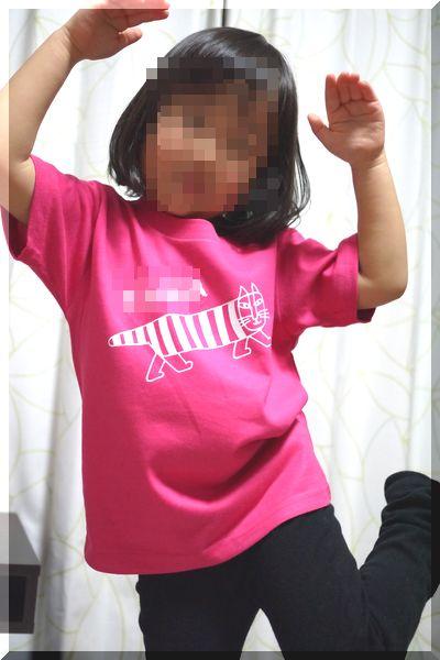 tmixオリジナルTシャツを着て喜ぶ幼稚園児