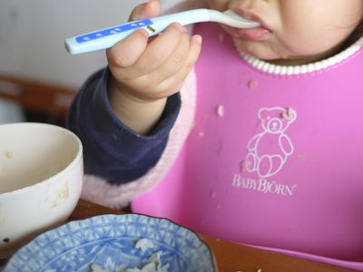 1人で食べたがる赤ちゃんは食事スタイ選び