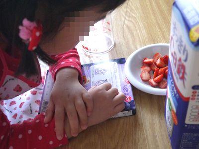幼稚園児ぷるるんデザートを作る
