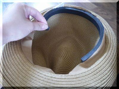 帽子に隙間テープを貼って風で飛ばされない方法