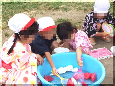 幼稚園の夏祭り金魚すくい