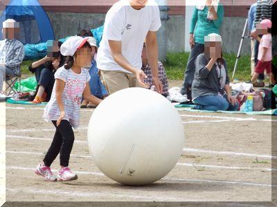 幼稚園の運動会の親子競技に参加