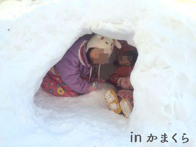 かまくらでみかん食べて北海道の寒さ風邪予防