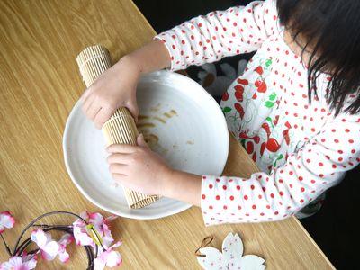 ひな祭り子供と一緒に手巻き寿司